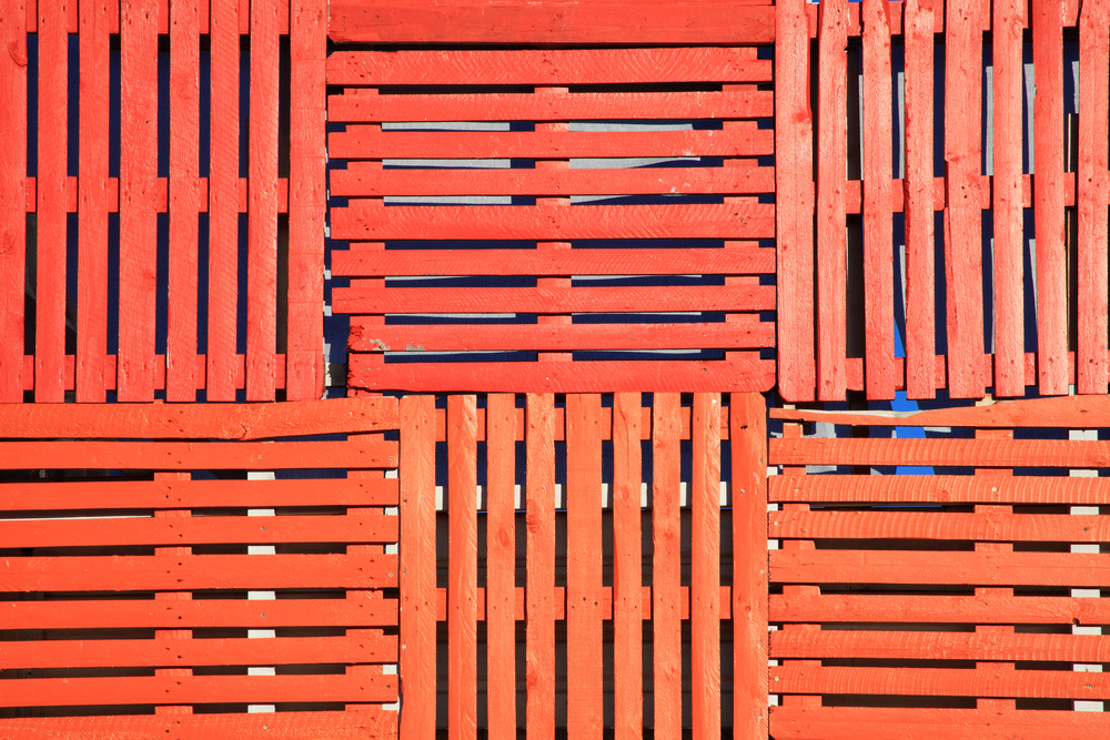 10-Step Guide to Constructing a Wooden Pallet Fence